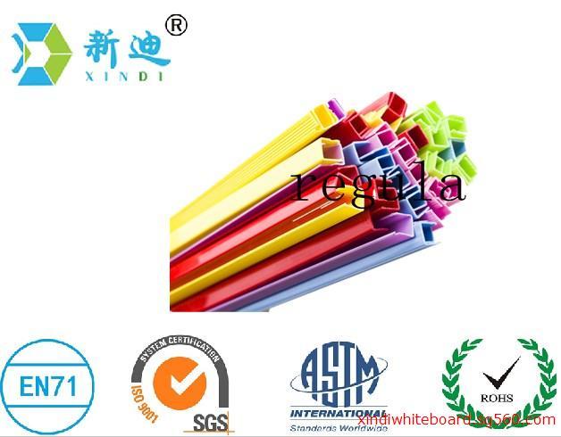 新迪pvc塑料边框 兰溪市新迪橡塑制品厂是一家专业制造文具、工艺品、礼品类日用品的工厂.企业有一定的开发、开模、设计以及来样开发等技术能力。公司现已已开发了各种型号规格白板、绿板、黑板,软木板。写字板的边框主要有:PP塑料边框、PVC塑料边框、PS发泡边框、木框、EVA边框等、以及其他各种样款式,配件有白板笔、教学笔、萤光笔、磁 钉、工字针等,另外本企业专业生产挤出各种塑料异型管材、门窗塑钢等塑料制品 厂家直销,价格低,品质高,售后服务完善,可提供代发货,欢迎广大顾客前来订购