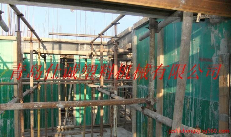PE PP五层加玻璃纤维网格建筑模板生产机组 塑料板材设备 塑料板材生产线 建筑板生产机组 PE、PP粉煤灰塑料建筑模板生产线是青岛仕诚塑料机械有限公司在引进国外先进技术的基础上,自主研发成功的新型环保塑料建筑模板设备,其生产线和产品均在国内市场上处于领先地位,公司技术人员经过潜心研究使产品不断的升级换代,其生产的产品具有可钉、可锯、可刨、不与水泥亲和、无需使用脱模剂、成本低、自身重量轻、使用次数多、可回收再利用等诸多优点。是替代钢模板及竹木胶板的新型环保的建筑模板。