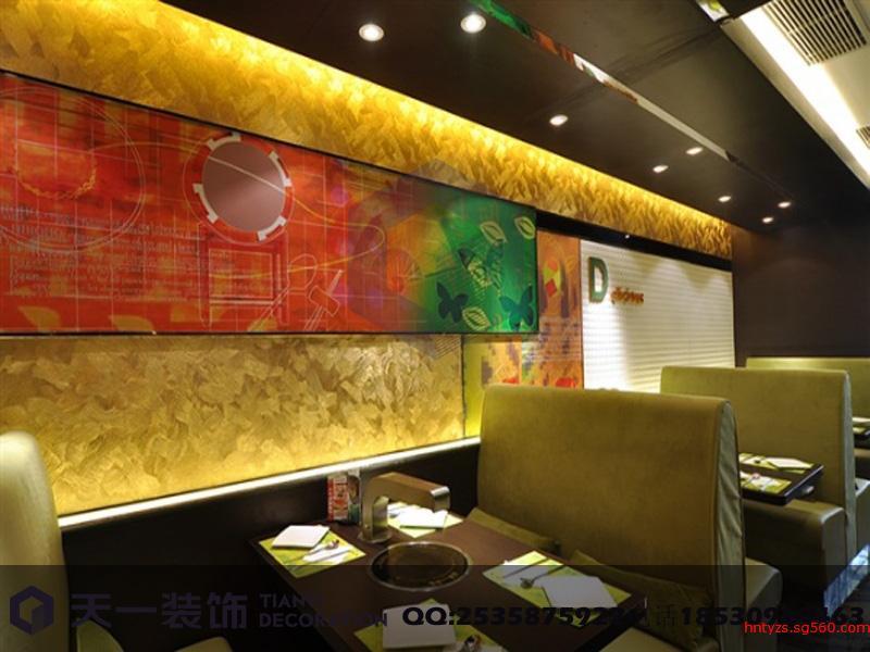 郑州特色牛排餐厅装修设计 酒店装修 酒吧装修 KTV装修 于喧嚣的都市中寻找一处宁静的处所,相邀几个至交好友,尝尝美食,天南海北地侃一通,这也许是现代都市人梦寐以求的欢娱。我们想要的,仅仅是心灵的一份闲适与安静,闲情逸致于我们是一份难得的奢求。 郑州牛排餐厅的设计特色之一在于室内造景与室外自然景观的完美结合,室内景观的亮点在于用圆木圈成的边缘形成连续而不规则的一角,这个小小的角落是花圃的缩影,体现了设计师移景入室的设计理念。