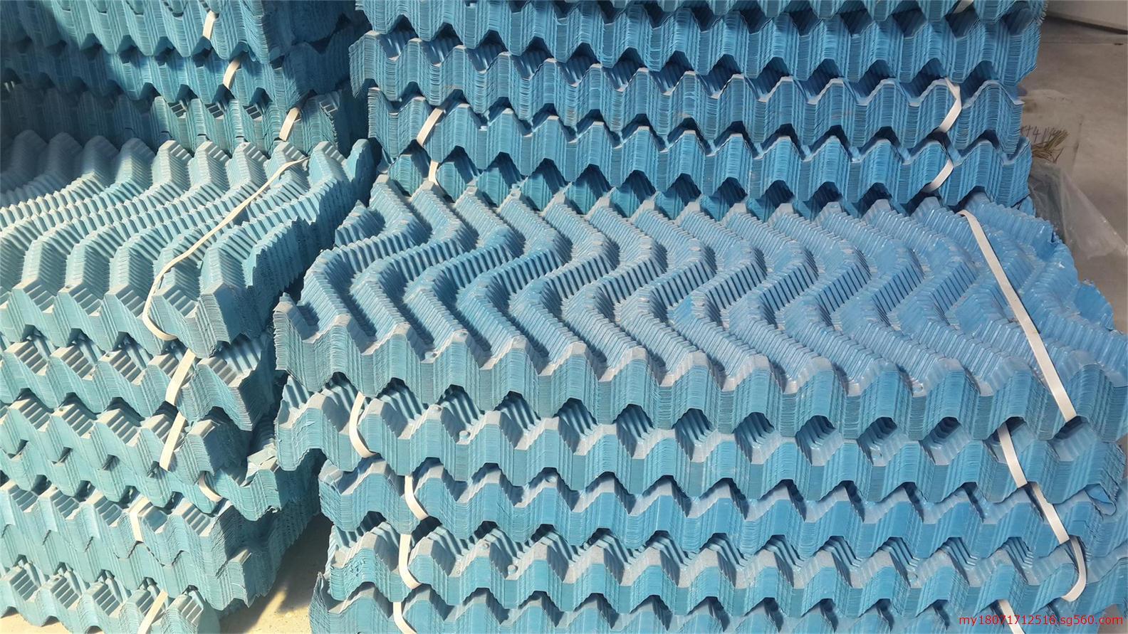 武汉冷却塔填料 冷却塔维修 冷却塔填料更换 冷却塔日常维护及冬季防冻措施 冷却塔冬季防冻方法 时间进入金秋十月,已经是临近冬天。气温日渐降低,对于冷却塔等大型设备的防冻保护顺理成章的提到了日程首位。日最低气温在一10以下的期间通常称为冷却塔的冬季运行期。防止冷却系统产生冻害,首先应从设计、基建安装阶段抓起,此后更重要的关键还在于冷却塔从维修和运行维护两个方面共同配合,切实落实有关措施。 运行维护方面防冻措施: 1.