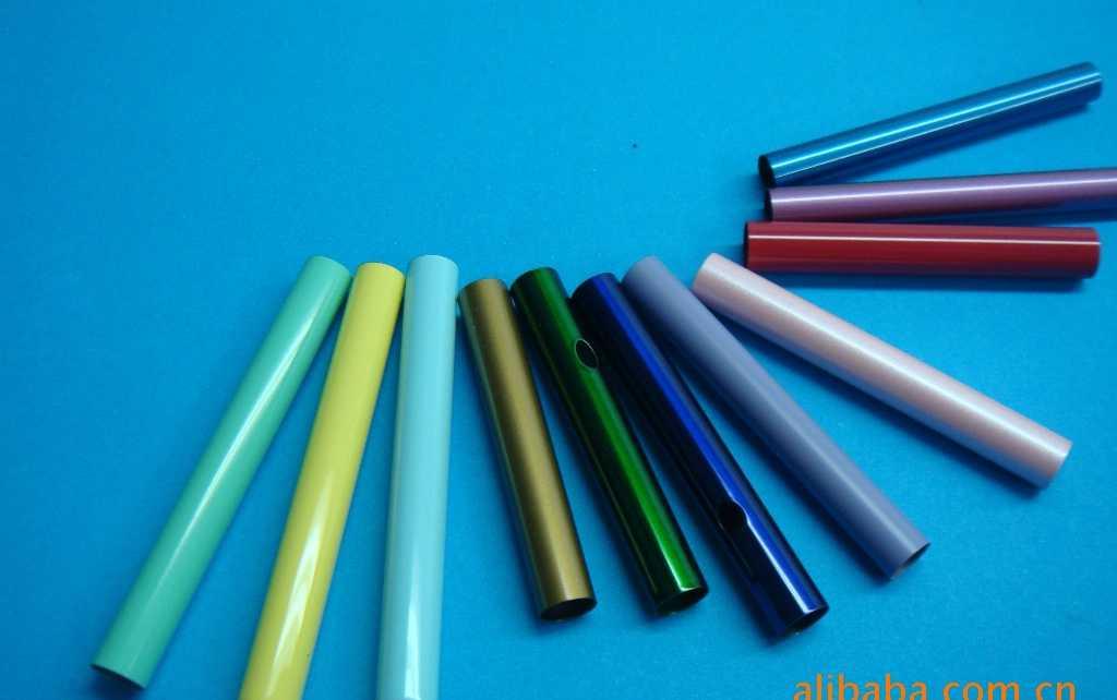 304彩色不锈钢管 304彩色不锈钢管 本产品使用进口大型PVD真空等离子镀膜设备,可对不锈钢表面进行电镀颜色处理,产品表面耐腐蚀性、耐磨性比普通不锈钢强,本公司所生产的彩色不锈钢镀膜厚度达到7um。能抵御10年以上的盐雾腐蚀和30年以上紫外光照射不变色。颜色主要有钛黑、枪黑、天蓝、紫红、古铜、玫瑰金、钛金、香槟金、茶色、七彩色、咖啡金等。