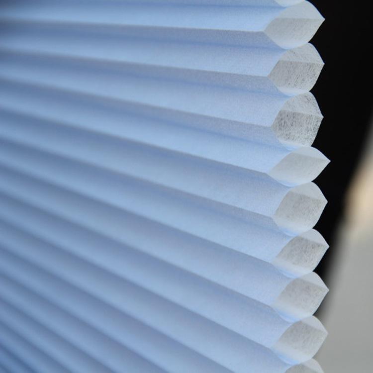 电动蜂巢帘是室内的高档遮阳装饰用品,采用直流电机驱动,电机体积小,功率小,安全可靠,允许最大面积5,负重5,高度3.5m。通过调速装置使同轴上的卷绳器产生转动,拉动升降绳升降,从而达到帘布的开启和闭合。其结构独特的限位装置使不同规格产品都能准确地进行上下定位,同时在电机处于堵转状态时电机供电自动切断,可使电机不受堵转损害。  半遮光蜂巢帘 半遮光蜂巢帘以经典百褶帘的设计结合了蜂巢帘功能和优雅,是一种近乎完美的窗饰产品。蜂巢帘克服了百褶帘因高度和重量的增加而导致帘身伸直的弱点,使得帘身上下保持一致,颜色浑